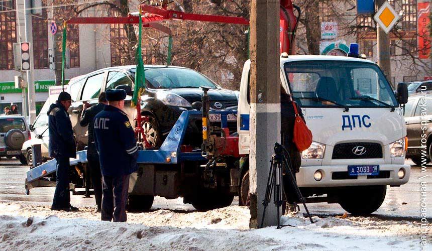 Сотрудники ДПС эвакуируют машину на штрафстоянку